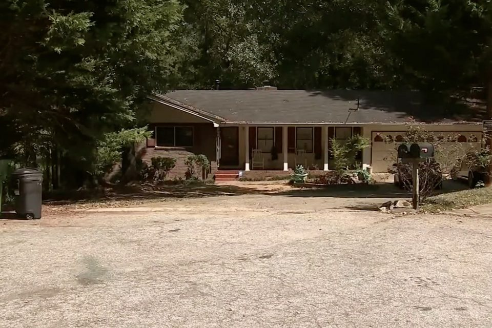 Homeowner stands his ground when masked robbers show up; 3 dead