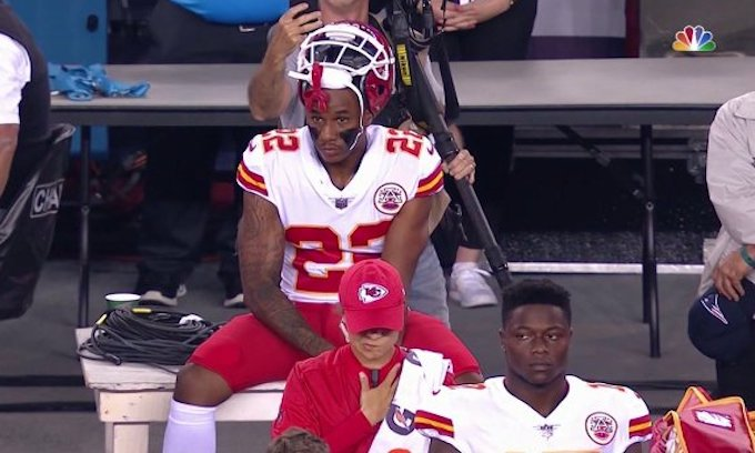 Chiefs' Marcus Peters takes knee after Las Vegas massacre