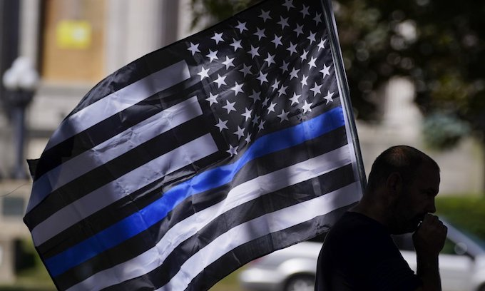 Bloomington doesn't want to see the thin blue line flag
