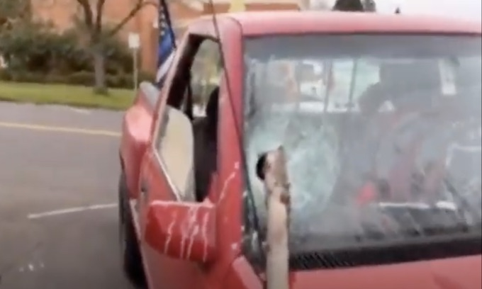 Oregon: Patriot group gathered for a flag wave attacked by Antifa